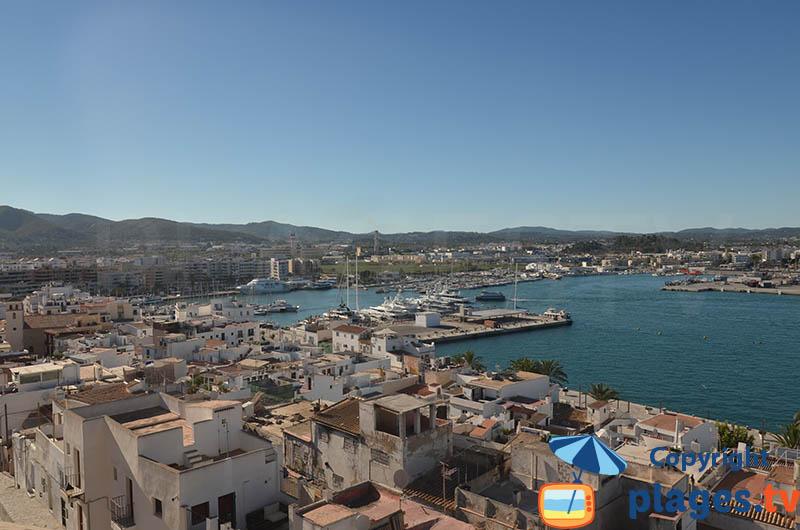 Port et vieille ville d'Ibiza depuis la Dalt Vila