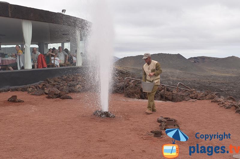 Restaurant et jet d'eau volcanique - Timanfaya - Lanzarote