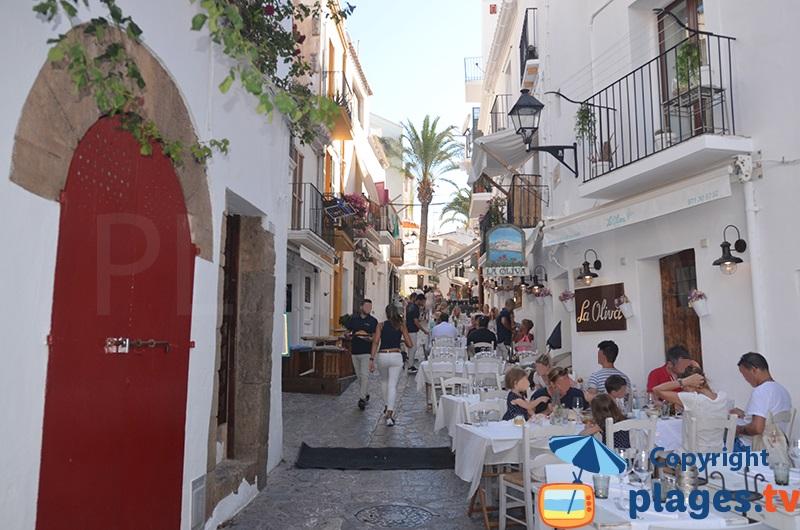 Ruelle avec restaurants à Ibiza