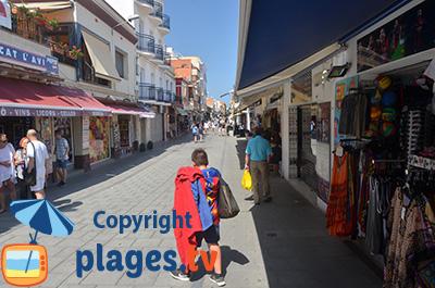 Rue commerçante à Malgrat de Mar à proximité de la plage - Espagne