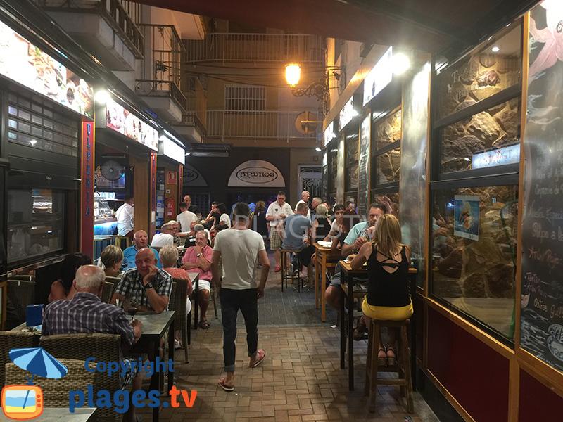 Rue avec des bars à Tapas à Benidorm