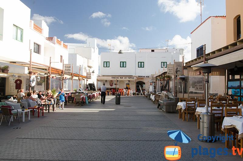 Rue dans la vieille ville de Corralejo avec des restaurants à Fuerteventura - Canaries