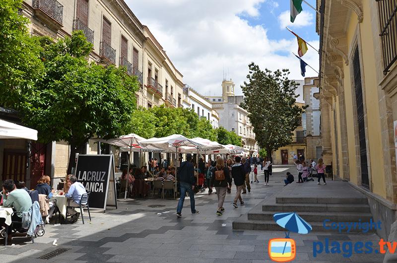 Ruelle animée à Jerez de Frontera en Andalousie