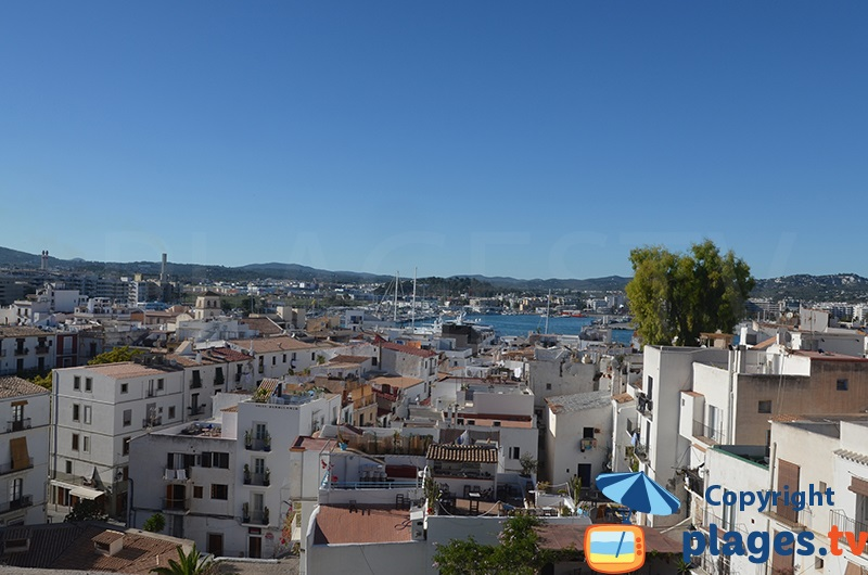 Point de vue sur le port d'Ibiza depuis la vieille ville