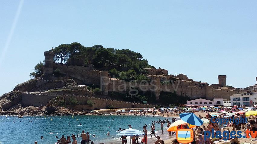 Vieille ville de Tossa de Mar avec la plage et les murailles