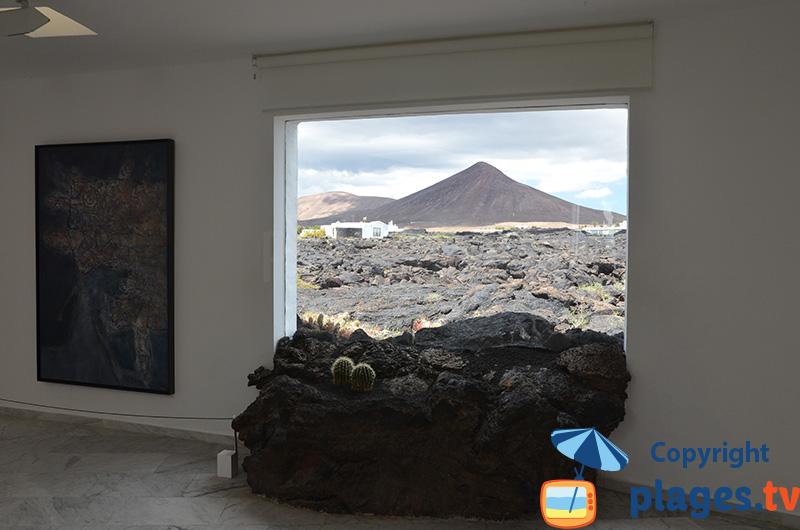 Vue sur un volcan depuis l'intérieur de la fondation Manrique - Lanzarote