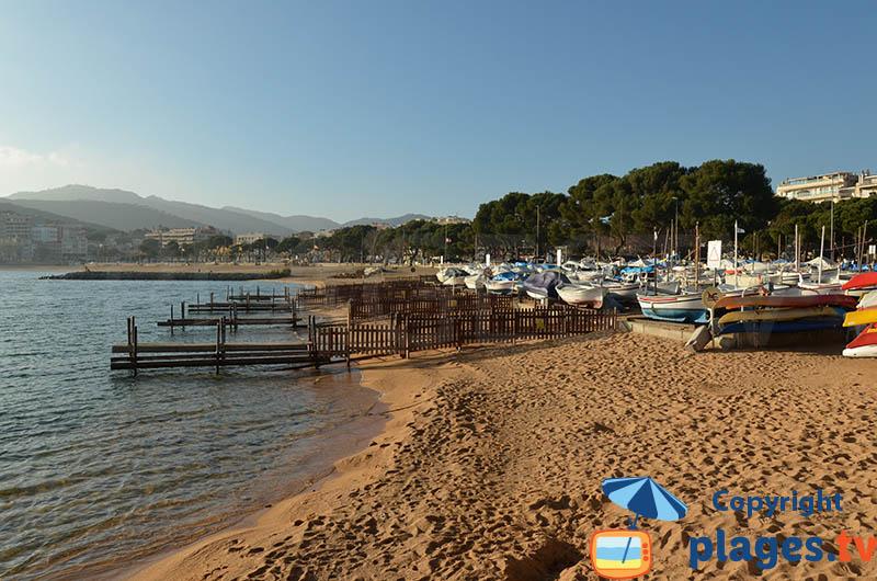 Barques de pêcheurs sur la plage de Sant Feliu